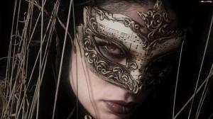 kobieta-nuty-maska-kolczyk